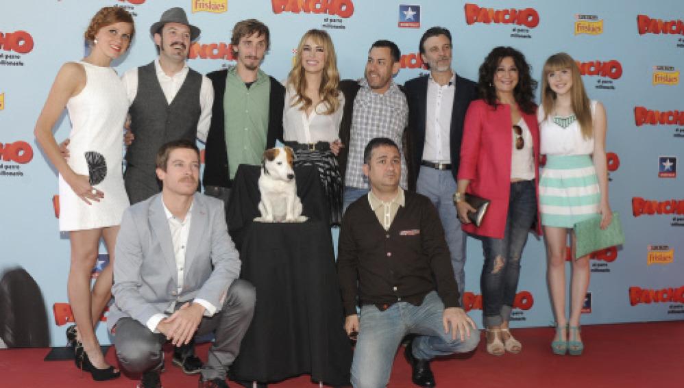 Foto de familia de la premiere de 'Pancho, el perro millonario'