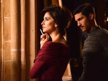 Penélope Cruz junto a Chino Darín en el rodaje de 'La Reina de España'