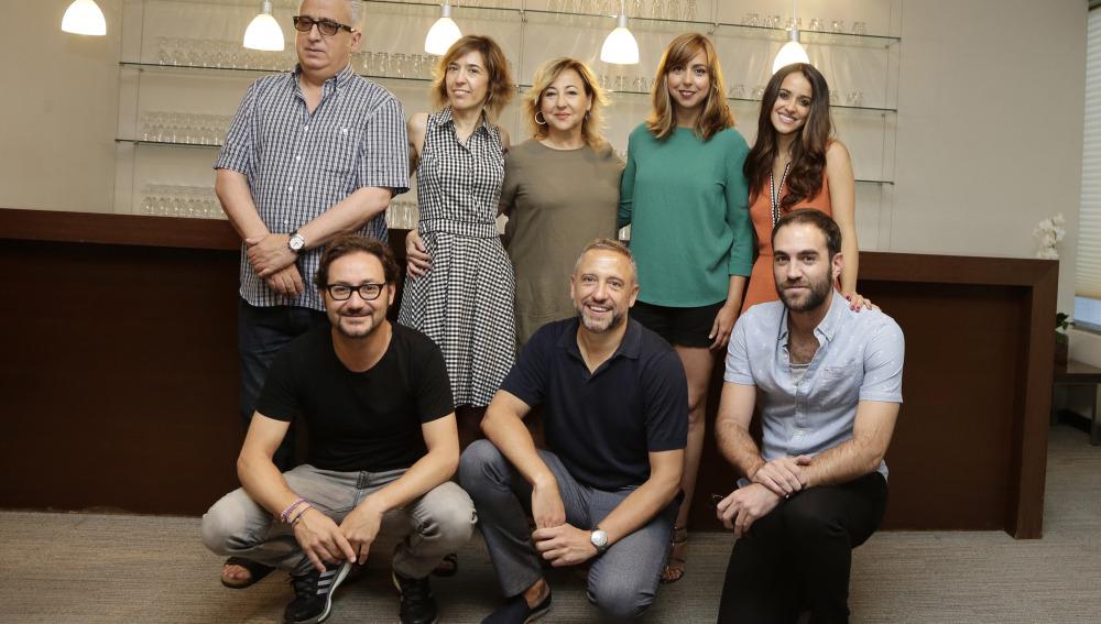 El director Nacho G. Velilla con parte del reparto de la película