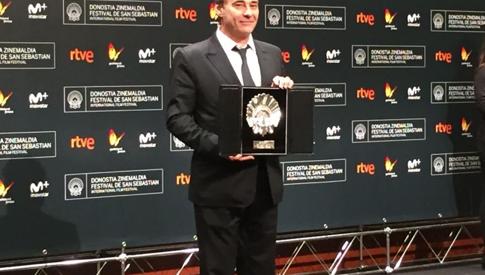 Eduard Fernández recoge la Concha de Plata al mejor actor por 'El Hombre de las Mil Caras'