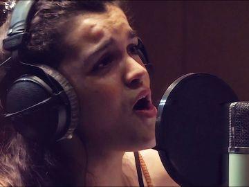 Amaia en el videoclip de 'Luz y sombra' para 'Legado en los Huesos'