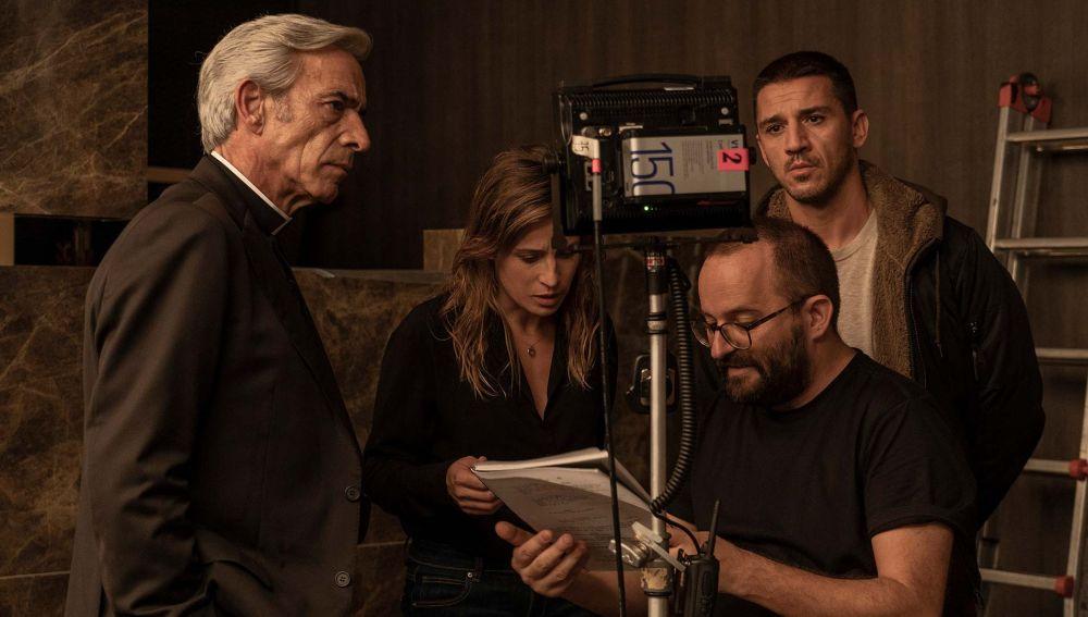 Imanol Arias, Marta Etura, Fernando González Molina y Nené, durante el rodaje de 'Legado en los huesos'