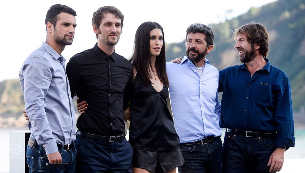 El director Alberto Rodríguez junto a su equipo de actores