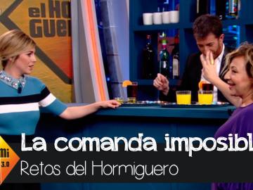 Carmen Machi y Blanca Suárez atendiendo una mesa de bar