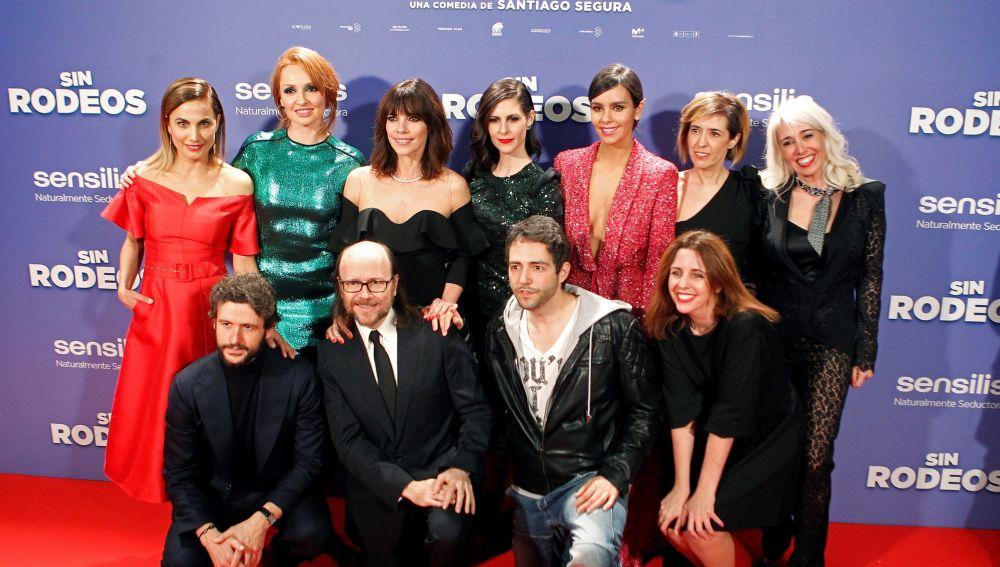 El director Santiago Segura, junto a los actores de 'Sin rodeos'