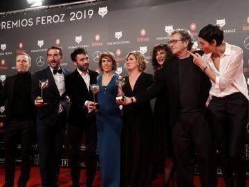 """El equipo de """"El reino"""" recibe el premio a la mejor película dramática"""